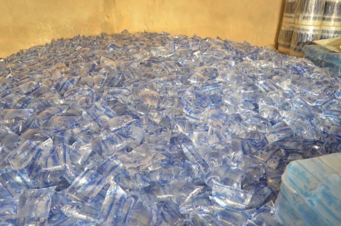 Loi contre les sachets plastiques : les entreprises de vente d'eau en sachets annoncent la perte de 30 000 emplois