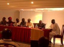 Le personnel du Consulat en compagnie de résidents sénégalais au Maroc lors de la rencontre. Yabiladi/DR