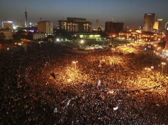 Egypte: des milliers de manifestants en colère contre le verdict du procès Moubarak