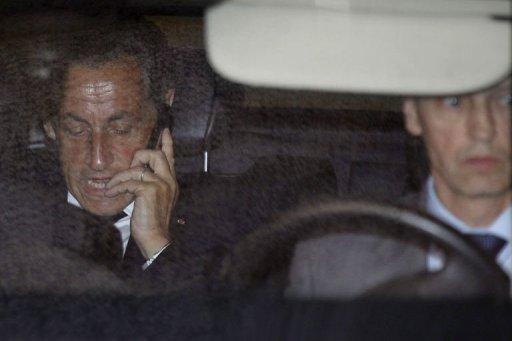 Sarkozy intègre ses nouveaux bureaux, garde le silence sur ses intentions