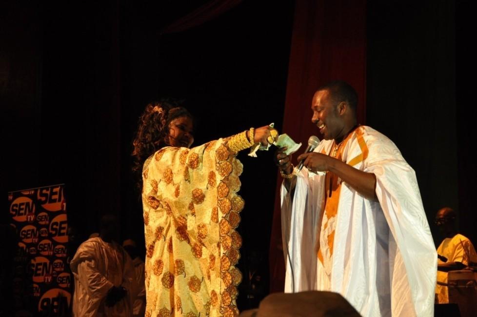 Fatou Guéwel offre de l'argent à Mbaye Dieye Faye