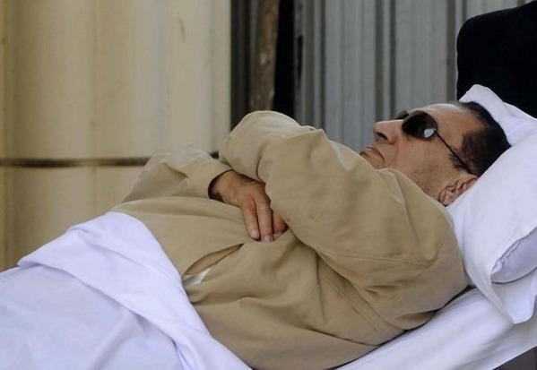 Egypte: victime d'arrêts cardiaques en prison, Moubarak dit qu'on veut le tuer