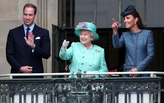 PHOTOS Kate Middleton et la reine très proches en public, copines pour la vie