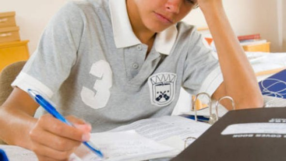 Un prof oblige un élève à écrire une lettre d'adieu