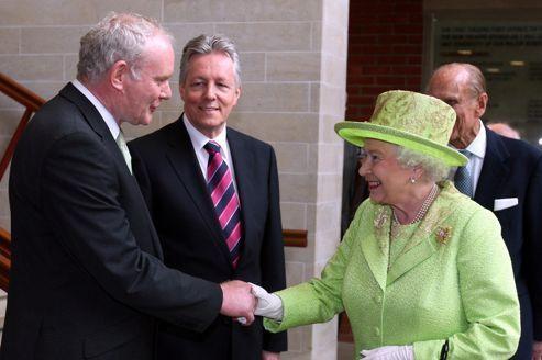 La reine d'Angleterre serre la main de l'ex-chef de l'IRA