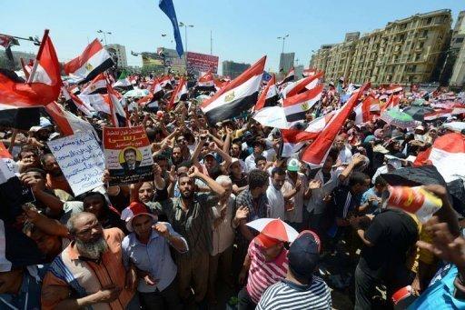 Place Tahrir, le président Mohamed Morsi prête symboliquement serment