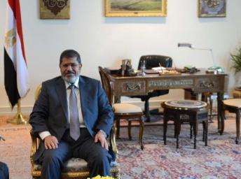 Egypte : le président Mohamed Morsi défie les militaires en rétablissant l'Assemblée du peuple