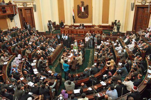 Égypte : les députés islamistes provoquent justice et armée