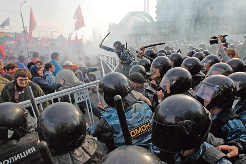 Poutine mène l'assaut contre les opposants