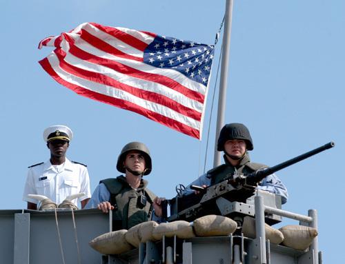 L'US Navy tire sur un petit bateau