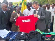 L'ambassade de France remet du matériel sportif à la délégation du Sénégal pour les JO