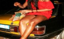 Après une rude journée de travail, le taximan viole la prostituée