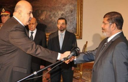 Egypte: le président islamiste Morsi s'impose à la tête du pays face à l'armée