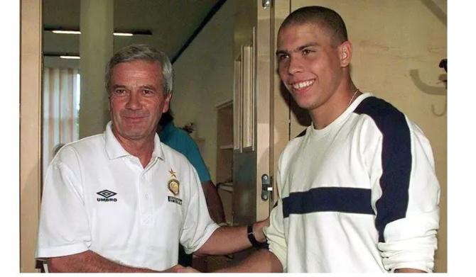 Luigi Simoni et Ronaldo en 1997 lors de l'arrivée de l'attaquant brésilien à l'Inter. — Luca Bruno/AP/SIPA