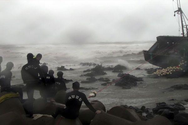 Corée: les sauveteurs opèrent en plein milieu du typhon