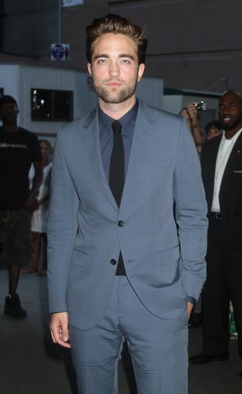 Robert Pattinson lit tous les articles des magazines people