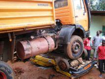 """Une tragédie évitée de justesse à Grand-Dakar : faute de freins, un camion """"gros porteur"""" fini sa course sur un taxi"""