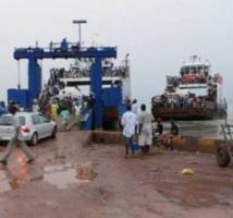 Pour traverser la Gambie, voyageurs et camions de transport souffrent le martyre