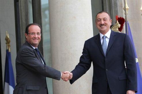 Hollande reçoit discrètement les dictateurs