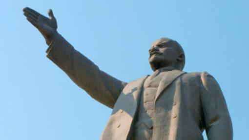 Des retraités russes s'offrent une statue de Lénine