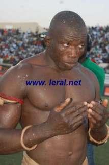 Sale temps pour le lutteur Gambien