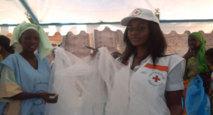 Des volontaire de la Croix-rouge débarrasent la gare routière de Diaobé de ses ordures