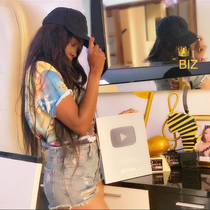 Photos - La chanteuse Queen Biz primée !