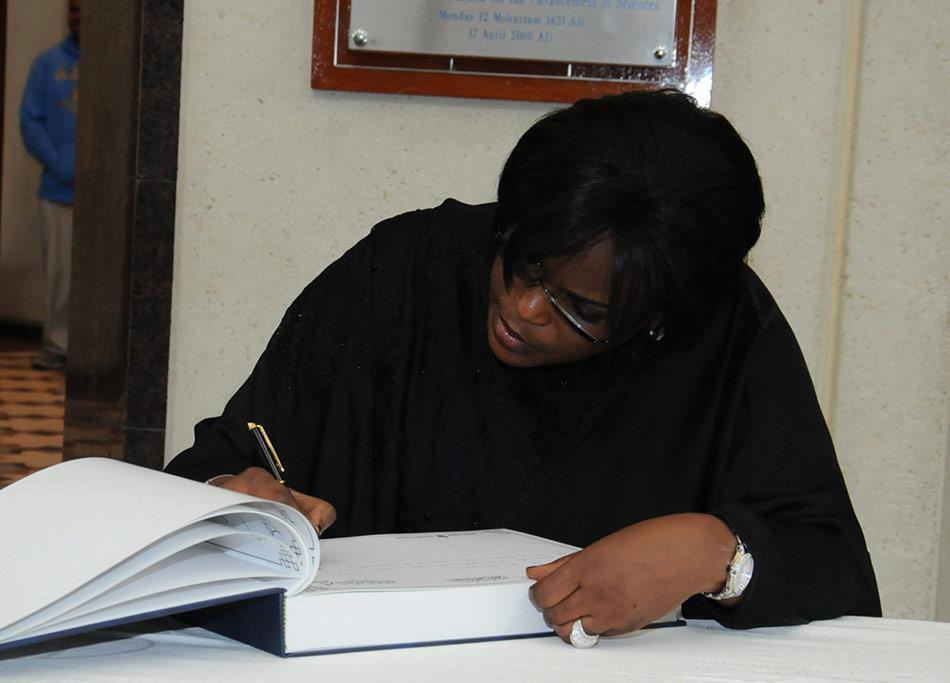 Marième Faye signant un livre d'or au Koweit