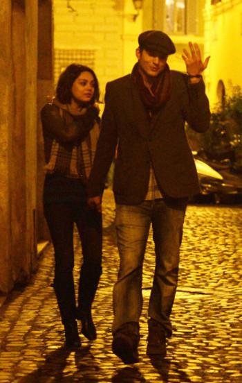 Mila Kunis et Ashton Kutcher : un baiser fougueux à Rome