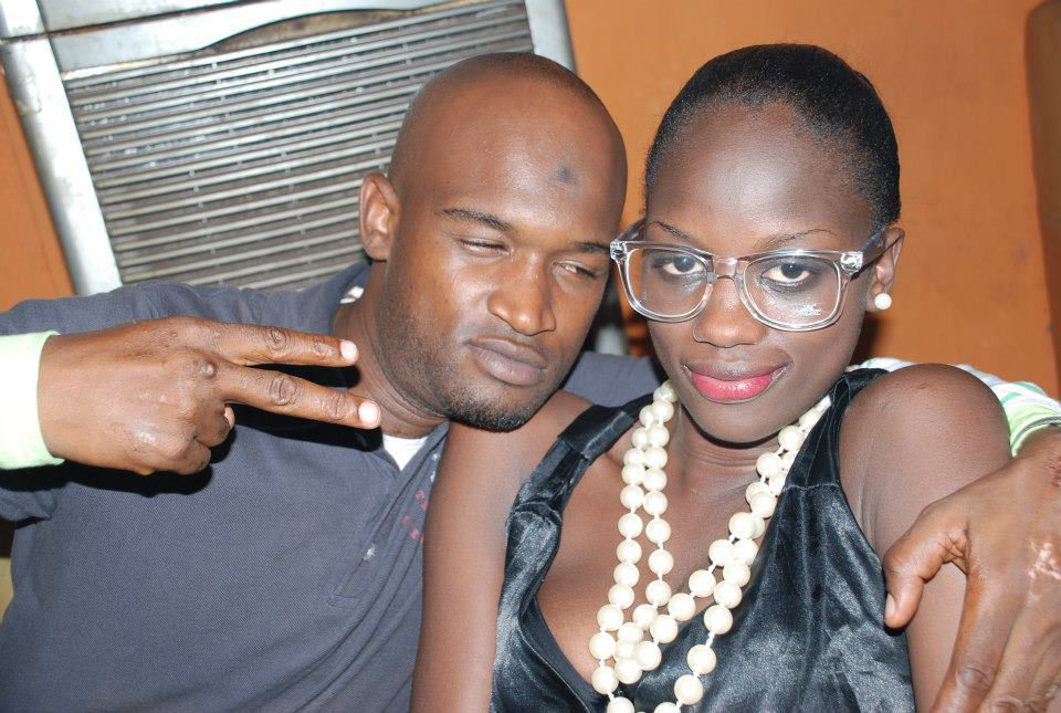 Le paparazi Sassy pose avec le mannequin Aida Ndao