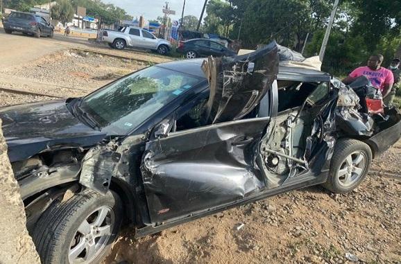 Accident spectaculaire à Thiès : un train réduit en tas de ferraille une voiture, heureusement pas de victime