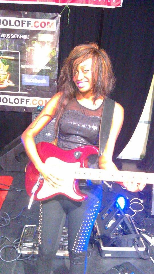 Kiné la danseuse de Viviane joue à la guitare