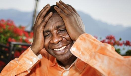 Une ravissante jeune fille envoie balader un DG très proche de Youssou Ndour
