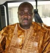 Le député Farba Ngom inonde Baaba Maal de billets de banque