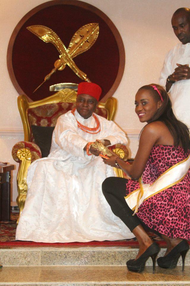 La miss Eva Diagne reçoit un cadeau royal au Nigeria