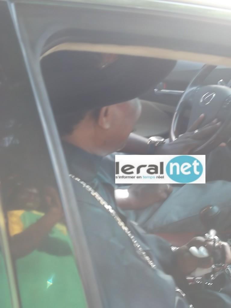 Serigne Modou Kara dans sa luxueuse limousine
