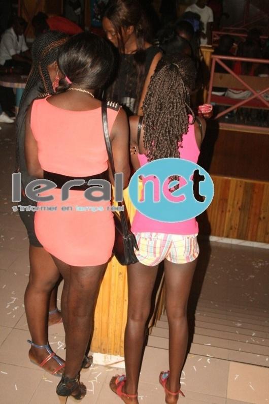 Des filles très sexy dans une boîte de nuit de Dakar