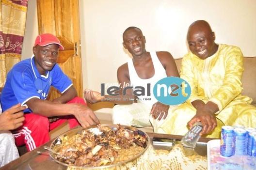 Pape Diouf à table avec ses amis