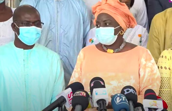 Passation de service suivie d'une déclaration : Mimi Touré zappe Macky, mais laisse aussi les Sénégalais sur leur faim