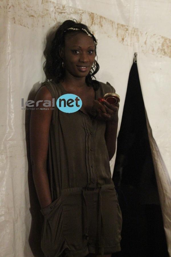 Le mannequin Fatou Niang dans les coulisses du Penc Mi lors du défilé de Aby Ndour