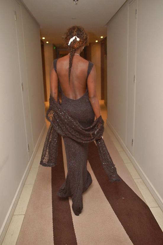 Coumba Gawlo se dandine dans les couloirs à dos nu