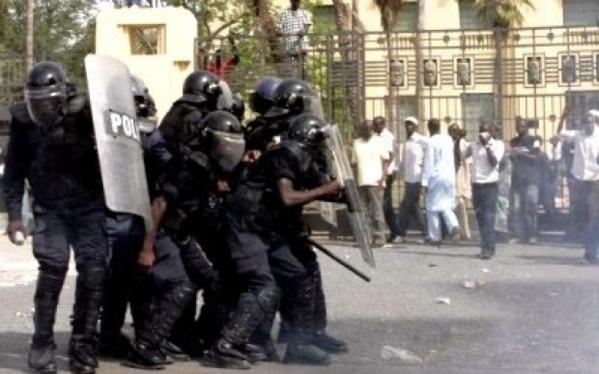 Les militaires invalides manifestent devant les grilles du palais pour exiger leurs pensions