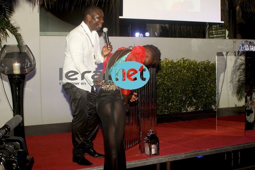Qui est cette fille qui exhibe ses fesses devant Salam Diallo ?