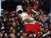 Tunisie: plusieurs dizaines de milliers de personnes pour les funérailles de Chokri Belaïd