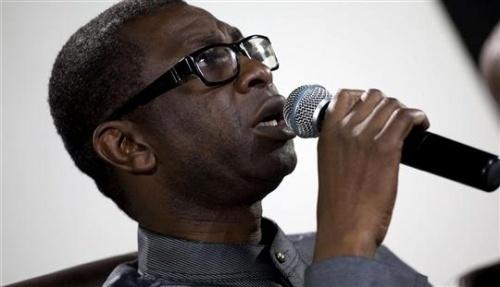Youssou Ndour chante à Mboumba