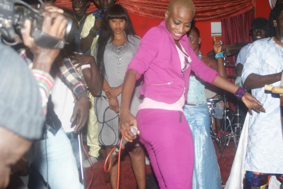 En titillant le micro, Ndèye Guèye déchire grave sur scène