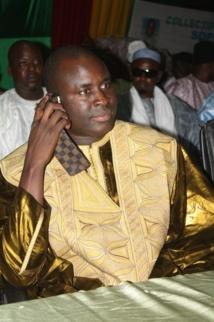 Serigne Djily Abdou Fatah Mbacké tape sur la table