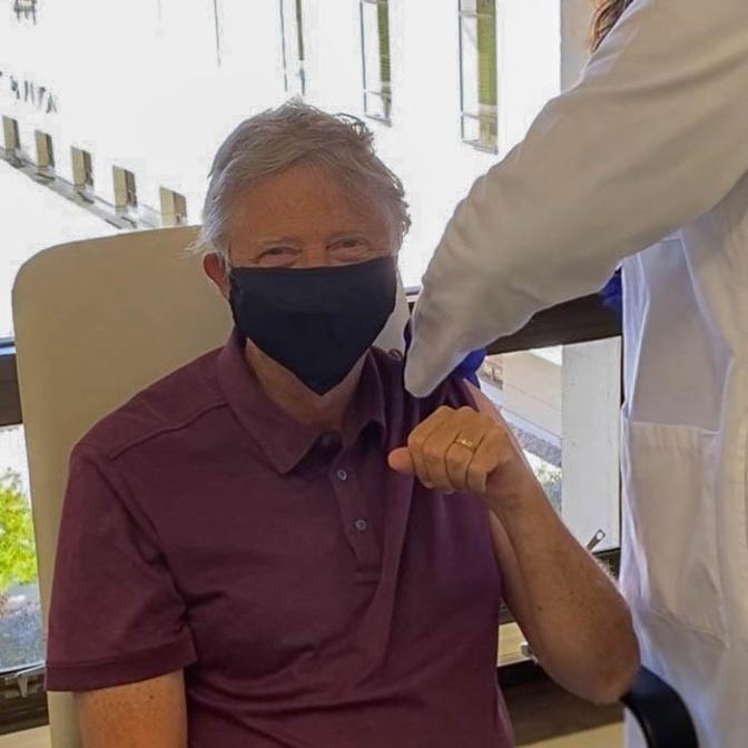Bill Gates se fait vacciner contre la Covid-19