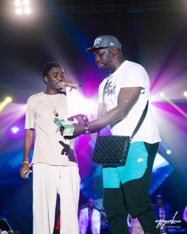 """Gambie: Admirez le port vestimentaire assez déroutant de Wally Seck et les...""""battré"""" (Photos)"""