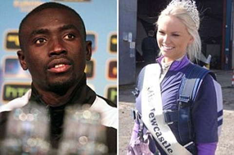 Le couple Papiss Cissé/Miss Newcastle dérange